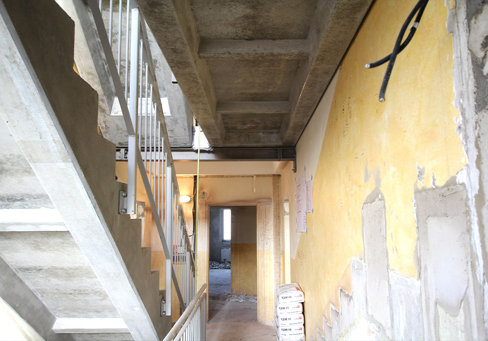 Treppenlaufänderung und Aufzug-Fertigteilmontage für Barrierefreiheit; MACON BAU GmbH Magdeburg